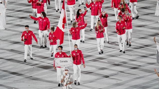 رياضيّون كنديّون يشاركون في حفل افتتاح أولمبياد طوكيو.