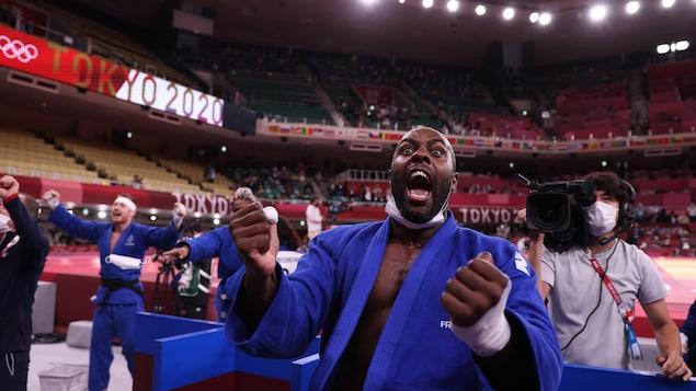 Teddy Riner de l'équipe de la France est heureux de la victoire de son équipe en judo mixte.