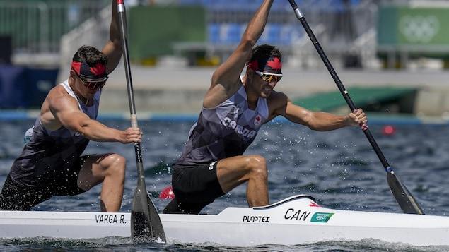 Connor Fitzpatrick et Roland Varga pagaient, chacun de leur côté du canoë, en pleine course.