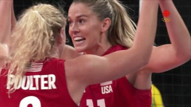 Les joueuse de l'équipe de volleyball américaine célèbre un point lors du match de la finale olympique.