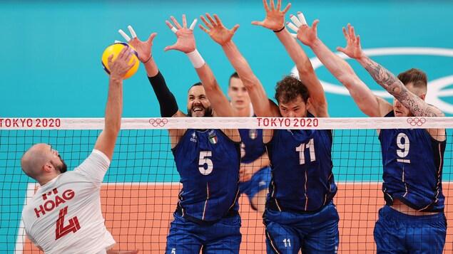Nicholas Hoag tente d'attaquer, mais trois joueurs italiens bloquent le ballon en levant les bras.