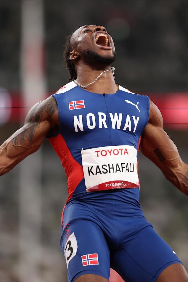 Le Norvégien Salum Ageze Kashafali célèbre sa victoire aux Jeux paralympiques de Tokyo.