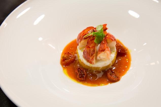 Un plat avec du homard