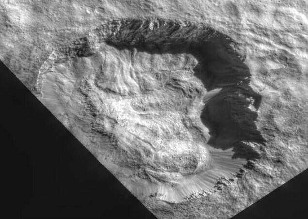 Le fond du cratère Juling montre les traces du mouvement des glaces et de la roche, un peu comme il est possible d'en trouver dans les régions polaires sur Terre.