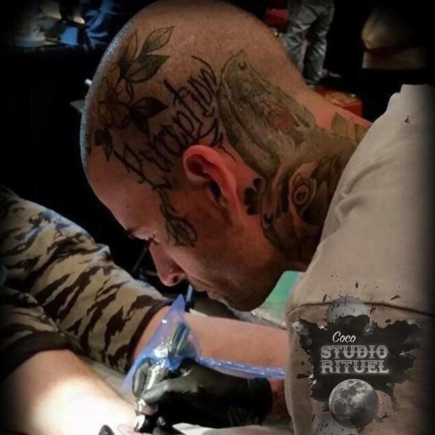Un tatoueur en plein travail