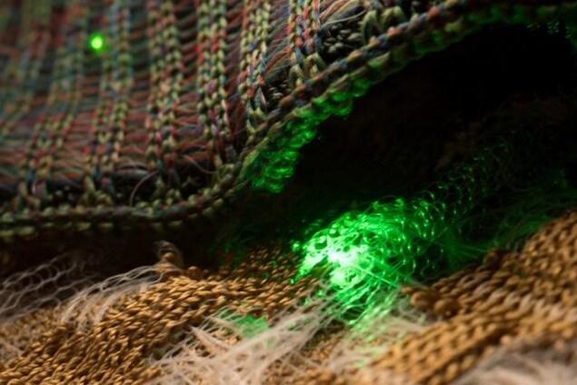 Des dispositifs optoélectroniques semi-conducteurs ont été intégrés dans les fibres.