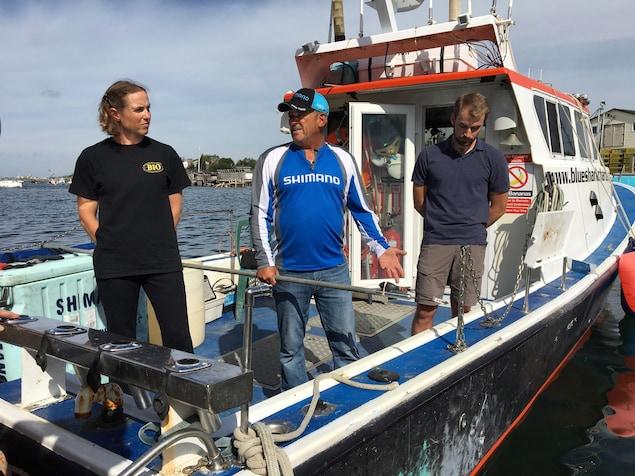 Heather Bowlby, Art Gaetan et Nathan Glenn sur un bateau.