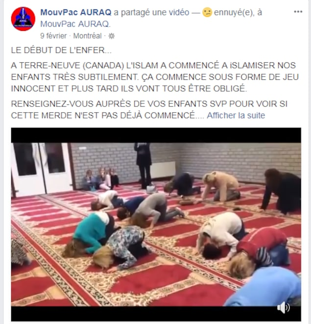 Nous voyons une capture d'écran d'une vidéo où des enfants semblent prier dans une mosquée.