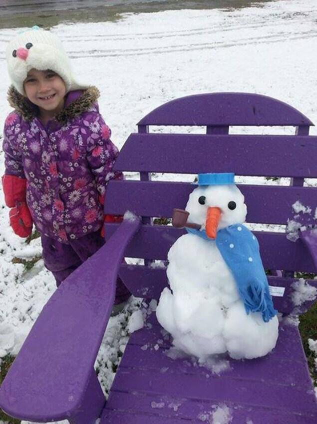 La petite Alexanne a même profité de la neige tardive pour faire un petit bonhomme de neige.