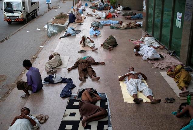 Certains habitants de Karachi dorment dans la rue.