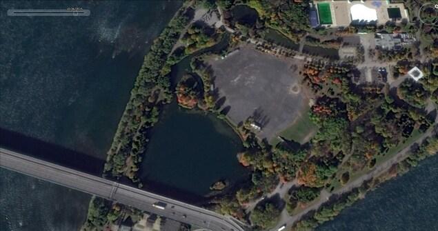 Cette photo satellite nous permet de déterminer qu'une importante surface asphaltée se trouvait à quelques mètres du site en question.