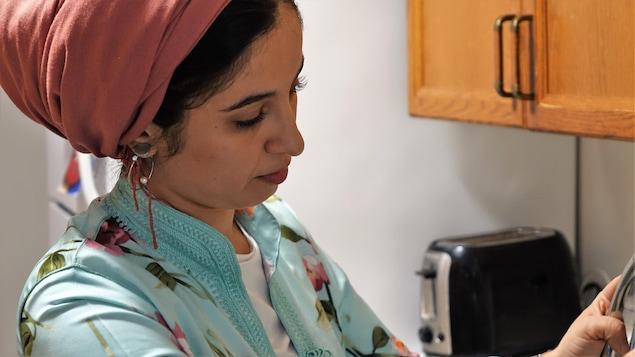 La femme en train de cuisiner.