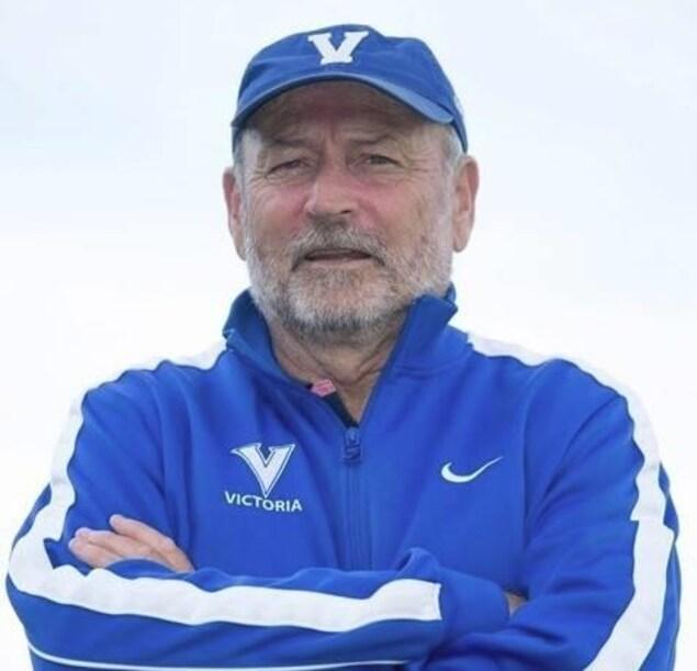 Bruce Wilson, dans son uniforme d'entraîneur des Vikes de Victoria.