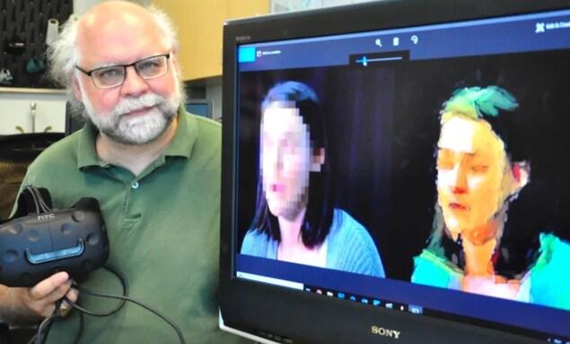 Le chercheur Steve DiPaola devant un écran avec deux images montrant le flou traditionnel d'un visage couvert  par la pixellisation, et un autre généré par l'I.A.