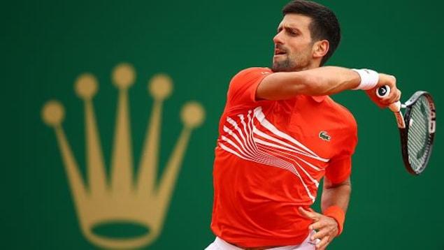 Novak Djokovic frappe un solide coup droit