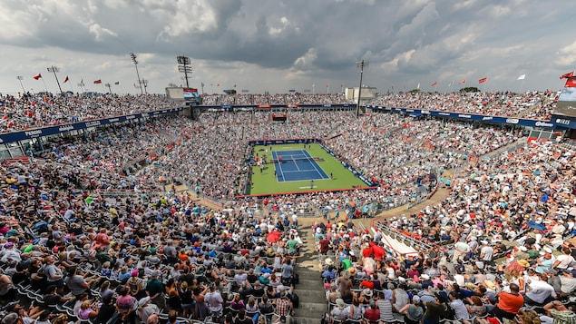 Un stade plein pour un match de tennis.