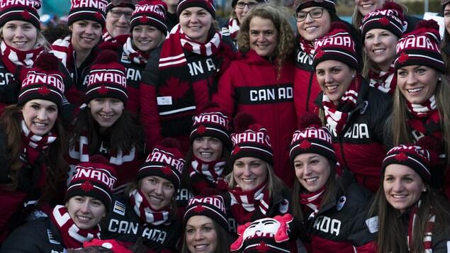 La gouverneure générale du Canada, Julie Payette, pose pour la photo avec les athlètes canadiens aux JO de 2018, en Corée du Sud