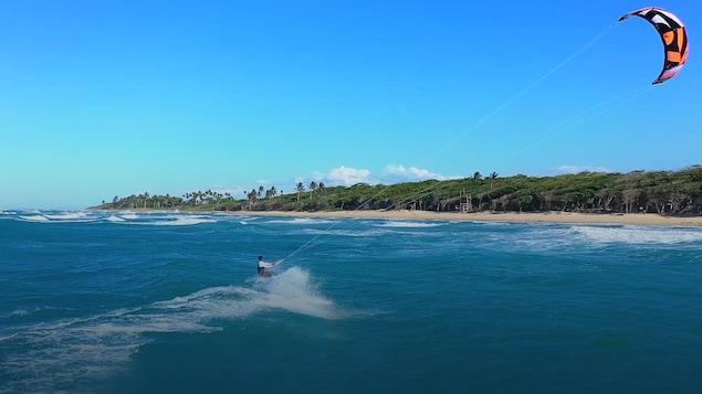 Adeuri Corniel fait du kitesurf le long de la côte de République dominicaine.