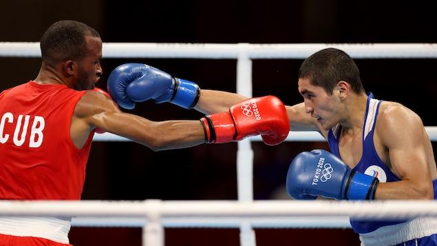 Le Cubain Lazaro Alvarez (à gauche) et le Russe Albert Batyrgaziev (à droite) en plein combat.