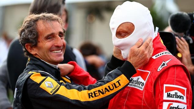 Prost prend le visage de son ami entre ses mains.