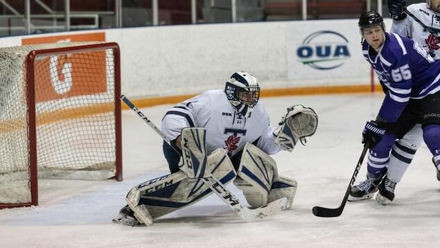 Bishop garde les buts lors d'un match de l'équipe de hockey masculin de l'Université de Toronto.