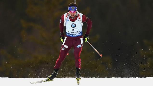 Il skie.