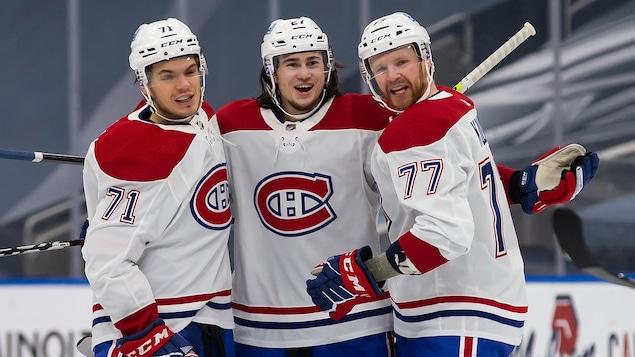 Ils sont tous les trois rassemblés sur la glace.