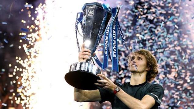 Alexander Sverev soulevant le trophée de champion des Finales de l'ATP, à Londres, en novembre dernier