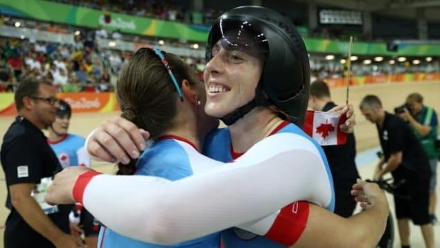 Allison Beveridge tout sourire après la conquête du bronze en poursuite par équipe aux Jeux olympiques de Rio