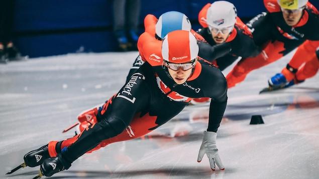 Il patine en compagnie de ses coéquipiers.