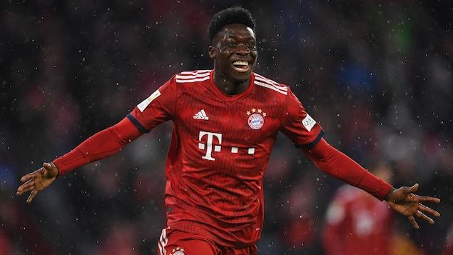 Il étend les bras pour célébrer son premier but en Bundesliga.