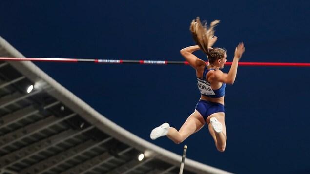 Alysha Newman réussit un essai lors de la Diamond League, à Paris, en France.