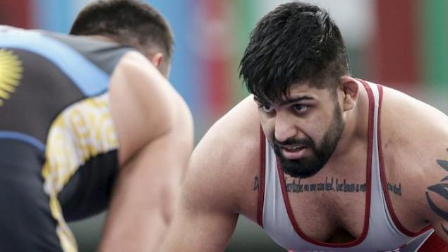 Amar Dhesi regarde son adversaire.