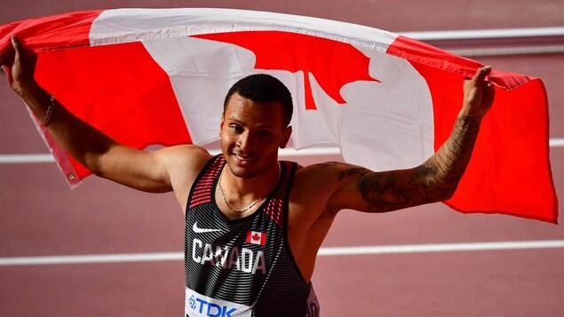 De Grasse a réussi à refaire son retard sur Akani Simbine (9,93 s) dans les derniers mètres pour lui souffle la médaille de bronze avec le meilleur temps de sa carrière, en 9,90 s.
