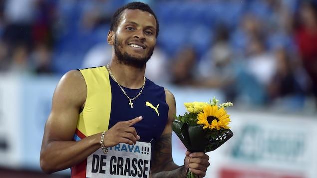Andre De Grasse sourit pour la caméra après avoir remporté le 200 m des Crampons dorés d'Ostrava, en République tchèque.