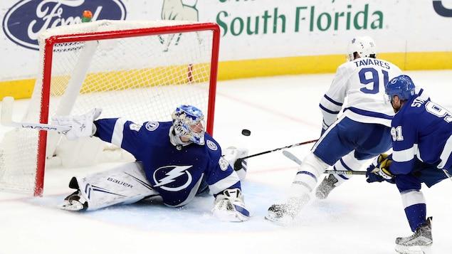 Le gardien du Lightning, Andrei Vasilevskiy, réalise l'un de ses 48 arrêts contre les Maple Leafs.