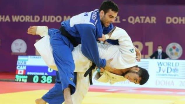 Le judoka québécois projette son adversaire au sol.