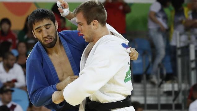 Antoine Valois-Fortier et le Russe Khasan Khalmurzaev en quart de finale aux Jeux olympiques de Rio