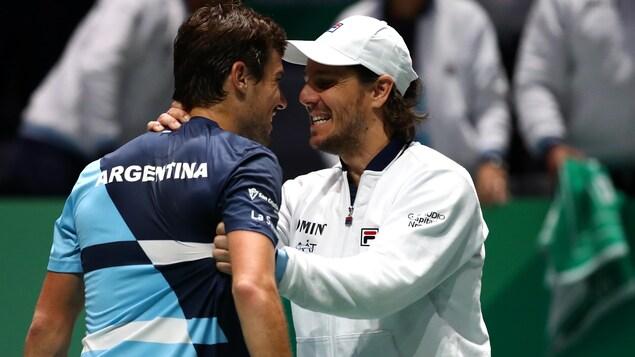 Le capitaine de l'équipe d'Argentine Gaston Gaudio félicite Guido Pella pour sa victoire.