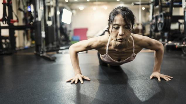 Une femme s'entraîne dans un gym.