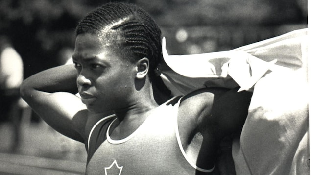 Une photo en noir et blanc d'une sprinteuse