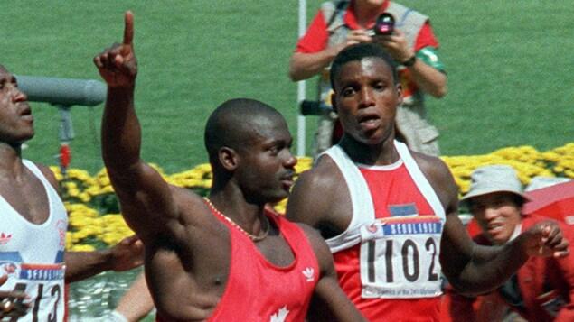 Le sprinteur canadien Ben Johnson célèbre sa victoire au 100 m des Jeux olympiques de Séoul, en 1988.