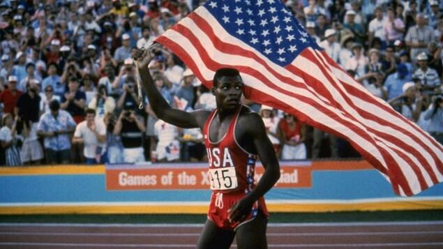 L'Américain Carl Lewis célèbre sa victoire en finale du 100 m aux Jeux olympiques de Los Angeles, en 1984.