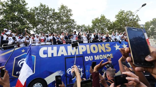 Les milliers de Français réunis sur les Champs-Élysées saluent les Bleus
