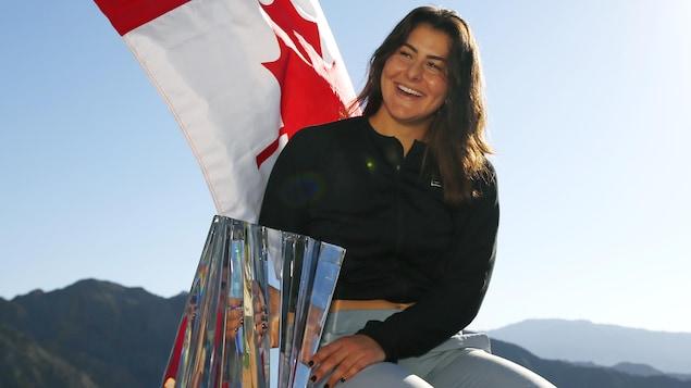 Bianca Andreescu avec le trophée du tournoi d'Indian Wells