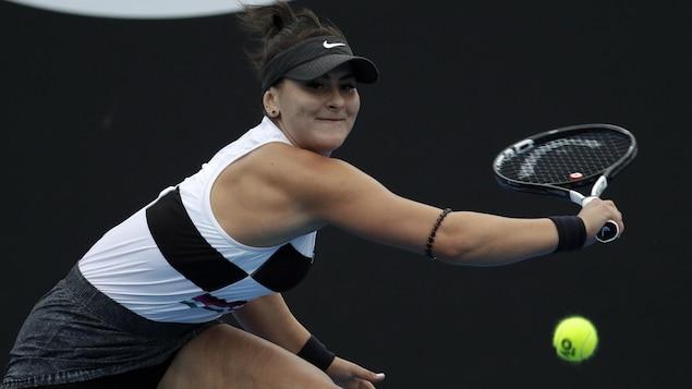 La Canadienne Bianca Andreescu renvoie la balle à la Lettone Anastasija Sevastova au deuxième tour des Internationaux d'Australie.