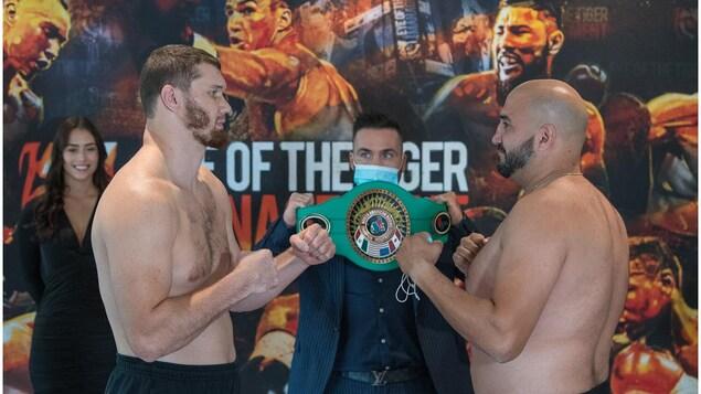 Deux boxeurs se font face à la pesée officielle.