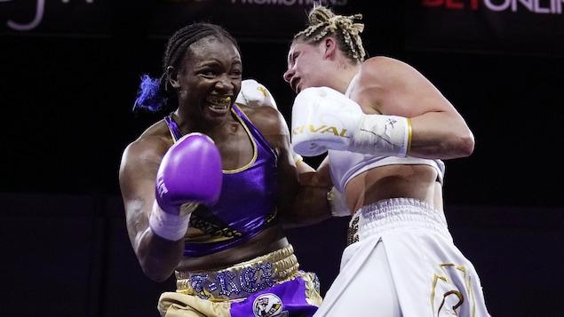 Elle tente de frapper son adversaire, qui esquive son coup.
