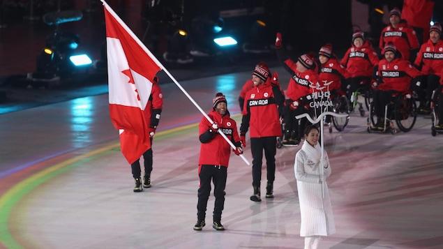 Brian McKeever avec le drapeau canadien