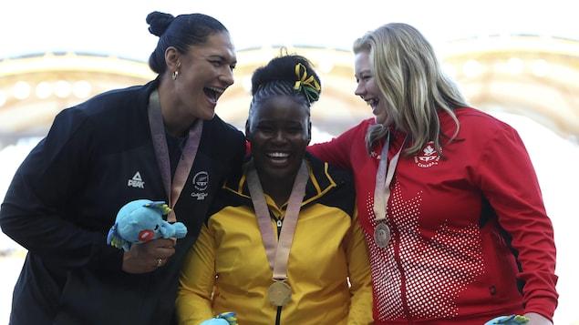 Brittany Crew sur le podium des Jeux du Commonwealth à Gold Coast, en Australie, en 2018.